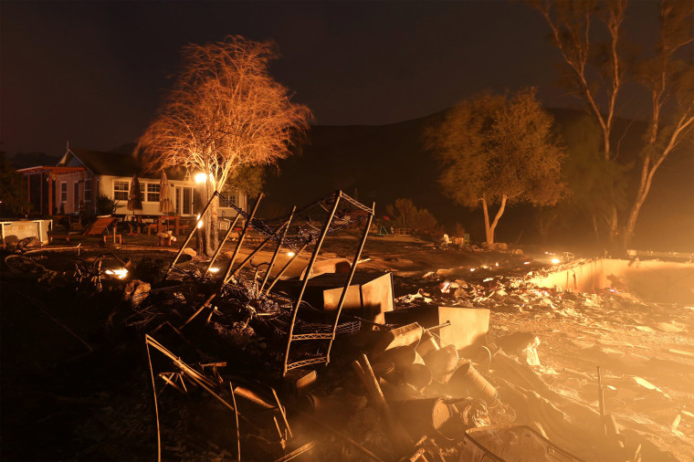 Image: Property burns at night as strong winds push the Thomas Fire across thousands of acres near Santa Paula