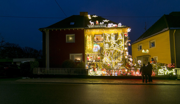 Image: Illuminated Christmas House in Voelklingen