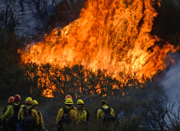 Image: Thomas fire burns in Los Padres National Forest