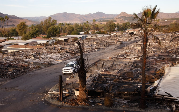 Image: Lilac fire in San Diego area destroys mobile home community
