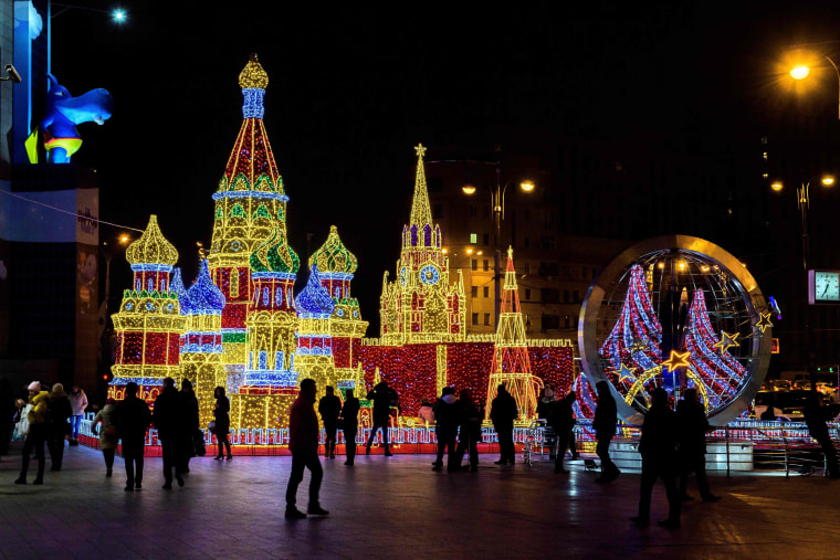 Image: RUSSIA-HOLIDAYS-DECORATION