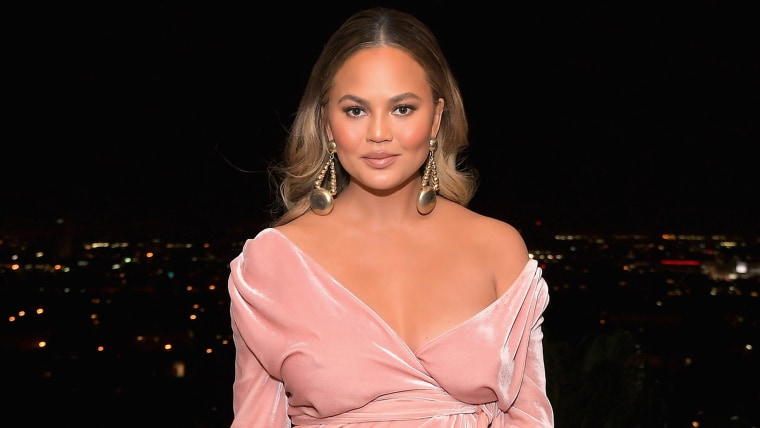 0f75d2ed35f64 Chrissy Teigen flew with giant casserole