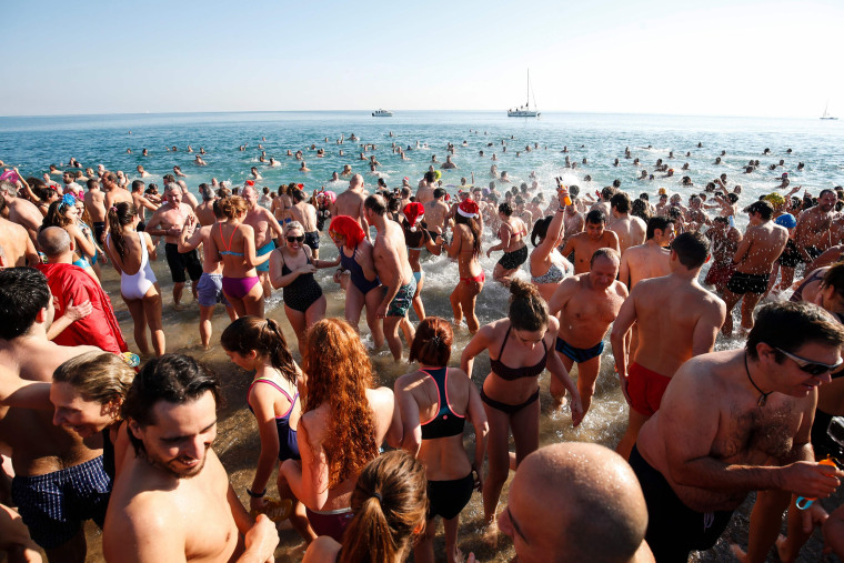 Image: SPAIN-SWIMMING-NEW-YEAR-CELEBRATIONS