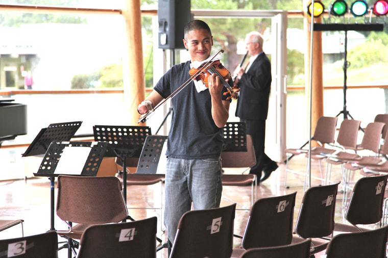Adrian Anantawan playing the violin.