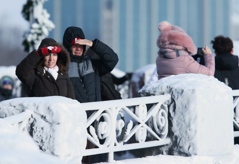 Image: Bundled up visitors look towards Horseshoe Falls in Niagara Falls