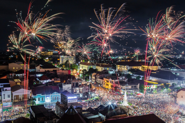 Image: Indonesians Countdown To The New Year