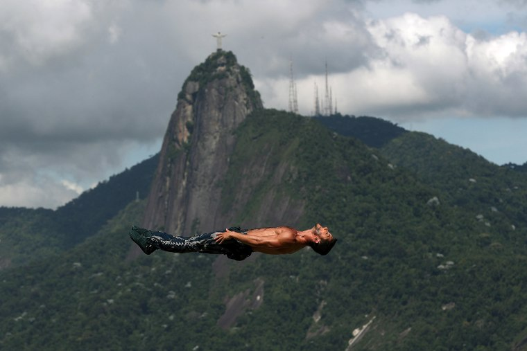 Image: Fall of an acrobat tarnishes exhibition of Circo del Sol in Rio de Janeiro