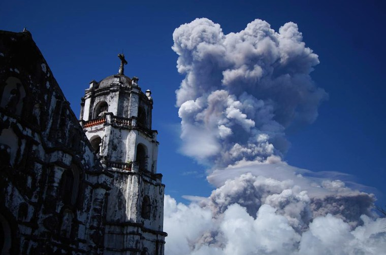Image: A huge column of ash shoots up to the sky during the eruption of Mayon volcano