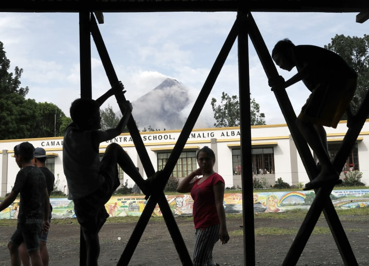 Image: Erupting Mayon volcano