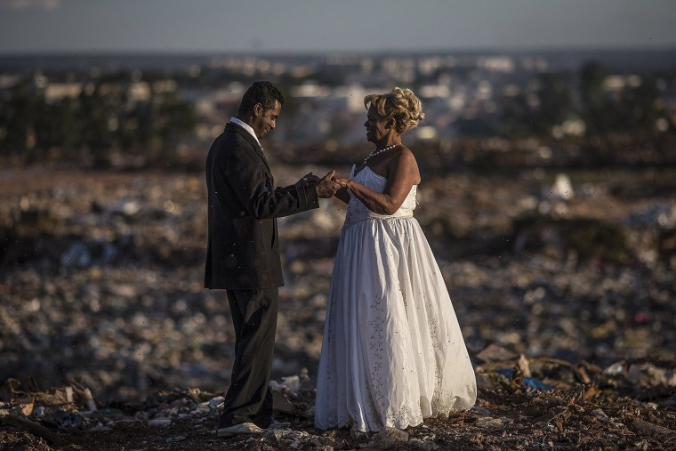 Image: A couple gets married at a garbage dump in Brasilia
