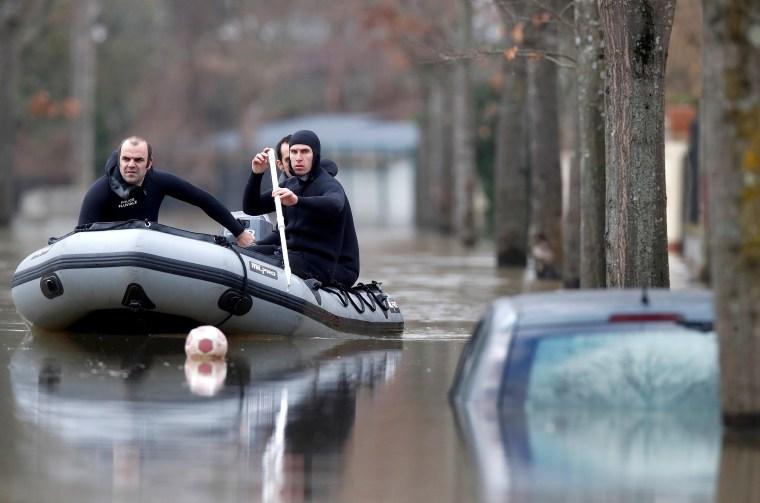Image: Paris police divers patrol flooded street in Villeneuve-Saint-Georges