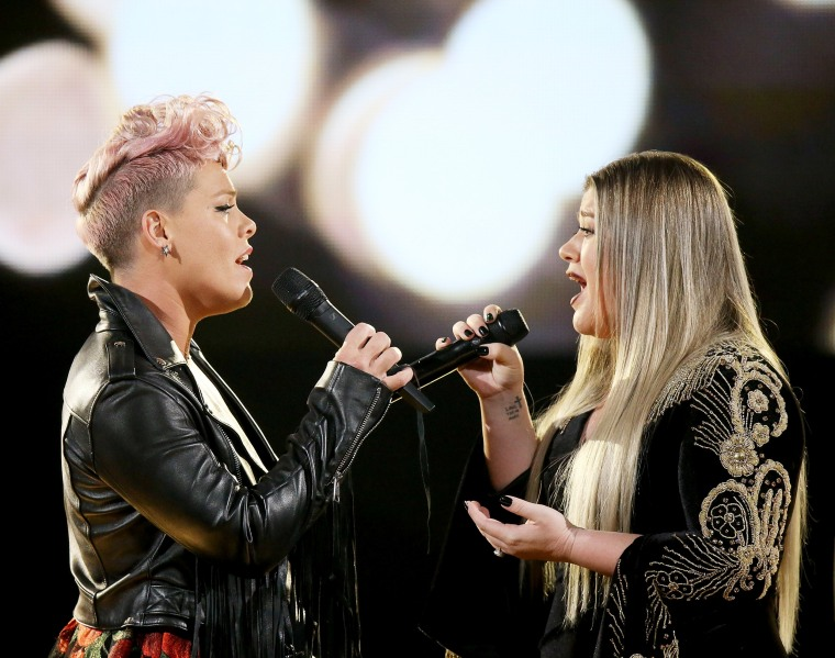 Imahe: Pink and Kelly Clarkson perform onstage during the 2017 American Music Awards held at Microsoft Theater on Nov. 19, 2017 in Los Angeles, California.