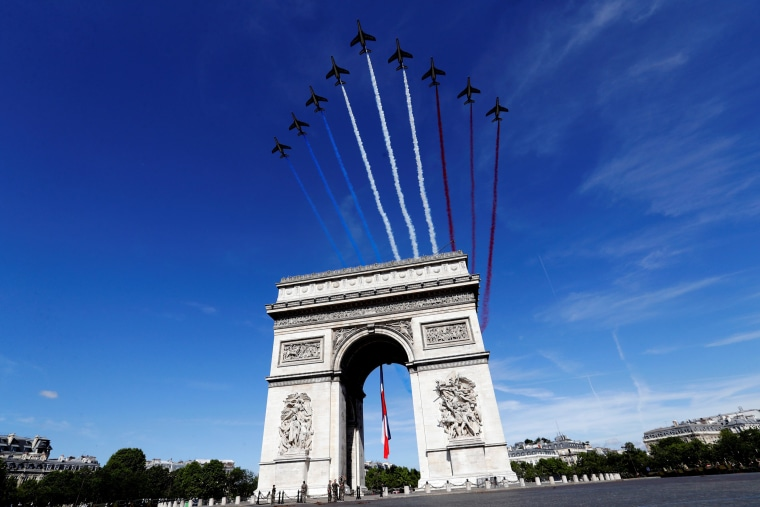 Alpha jets from the French Air Force Patrouille de France fly over the Arc de Triomphe during the Bastille Day military parade on the Champs Elysees in Paris, France, July 14, 2017.  REUTERS/Etienne Laurent/Pool