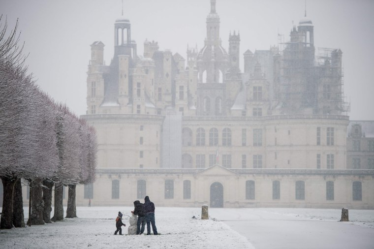 Vistors build a snowman at the Ch?teau de Chambord on Feb. 6.