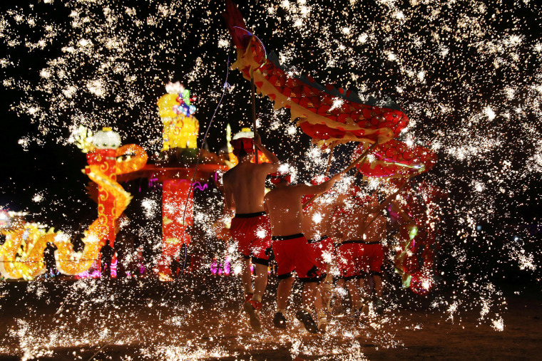 Image: Folk artists perform a fire dragon dance under a shower of sparks from molten iron, ahead of the Chinese Lunar New Year, in Shangqiu