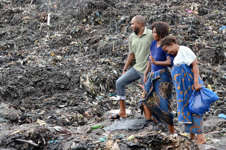 Image: Rescuers search for bodies of victims buried under collapsed garbage piles