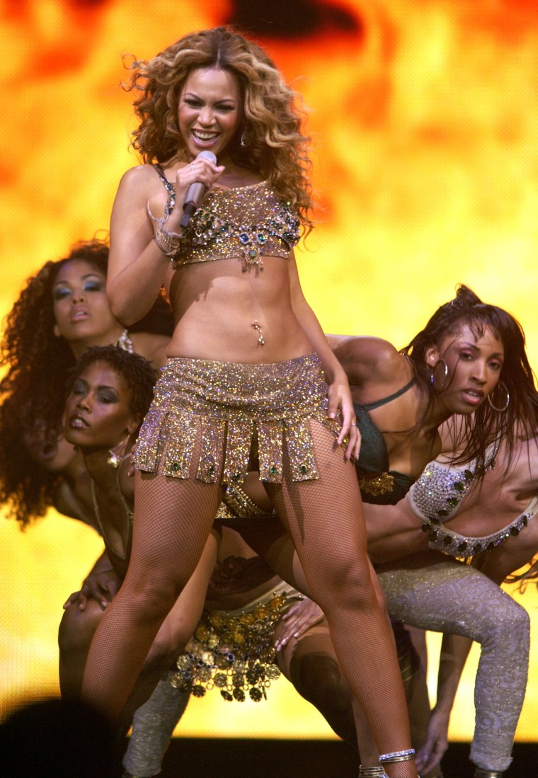 Beyonce performs in the Verizon's Ladies First Tour in 2004