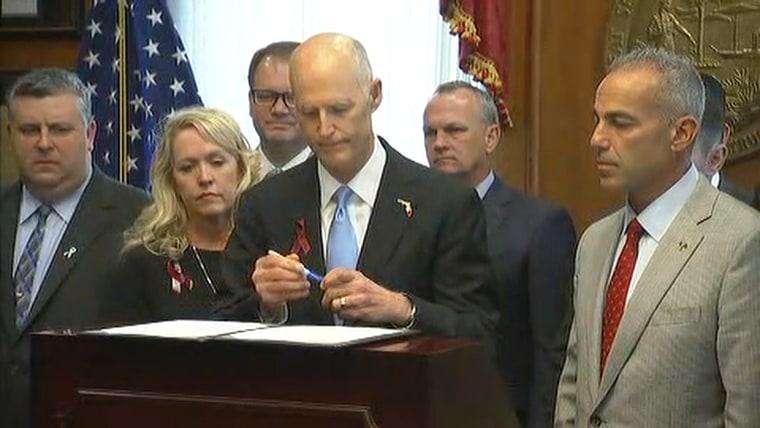 Gov Scott Parkland Families Ew Fit Florida Governor Signs School Safety Bill  Arm