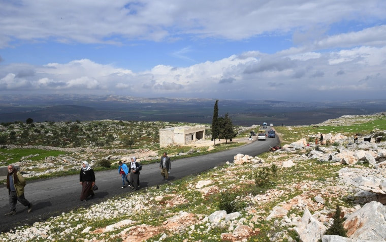 Image:Civilians fleeing the city of Afrin in northern Syria walk at the mountainous road of al-Ahlam