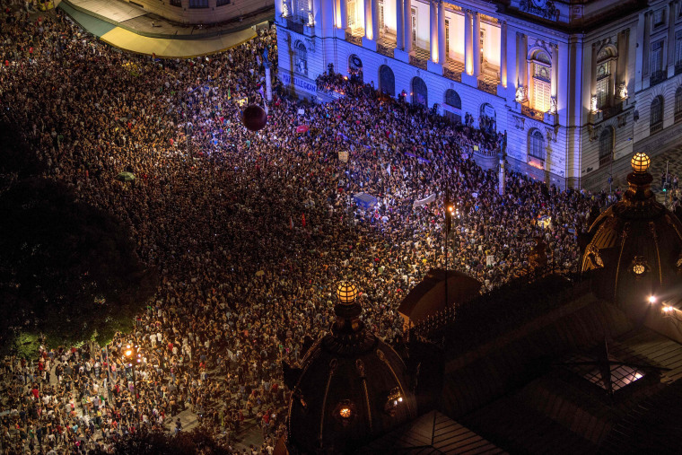 Brazilians demonstrate against Franco's murder in front of Rio's Municipal Chamber.