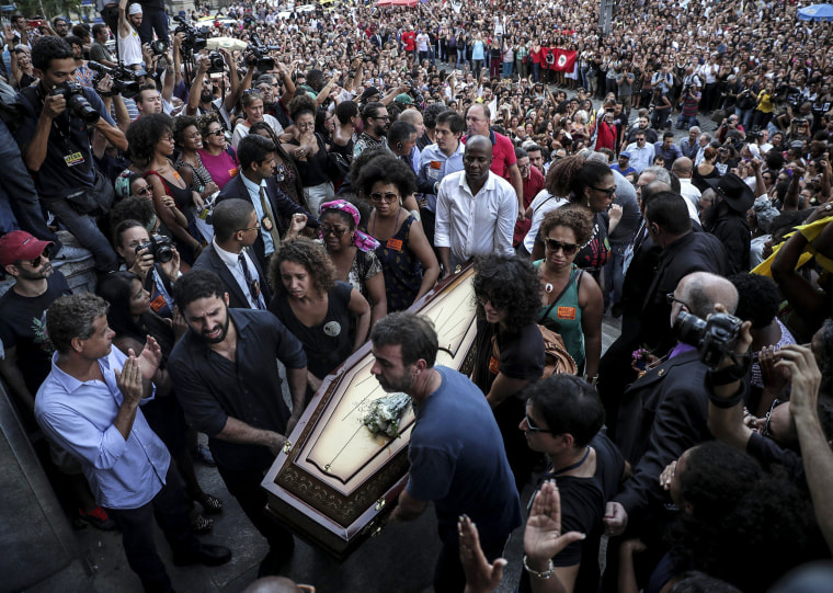 Hundreds of mourners show up for the arrival of Franco's coffin.