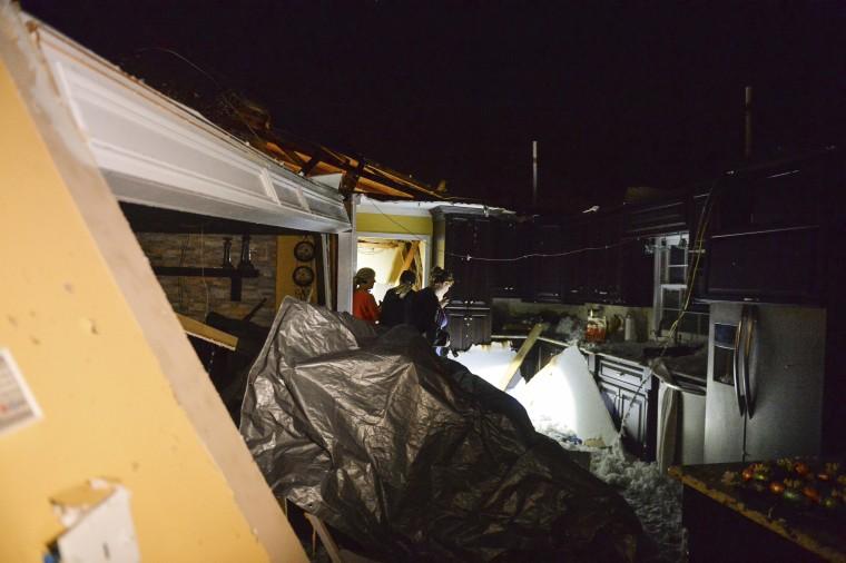 Tornado, strong winds hit Alabama ahead of major