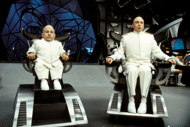 AUSTIN POWERS IN GOLDSTANDER / Austin Powers in Goldmember USA 2002 / Jay Roach Mini Me (VERNE TROYER), Dr. Evil (MIKE MYERS) Regie: Jay Roach aka. Austin Powers in Goldmember. Image shot 2002. Exact date unknown.