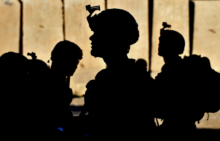 Image : US army soldiers wait for orders in Kunar province