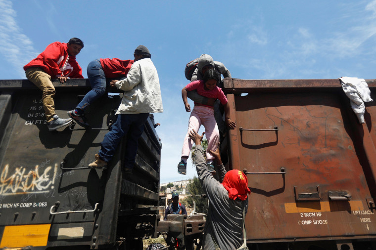 Image: Central American migrants, moving in a caravan through Mexico, disembark from a freight train in Tlaquepaque