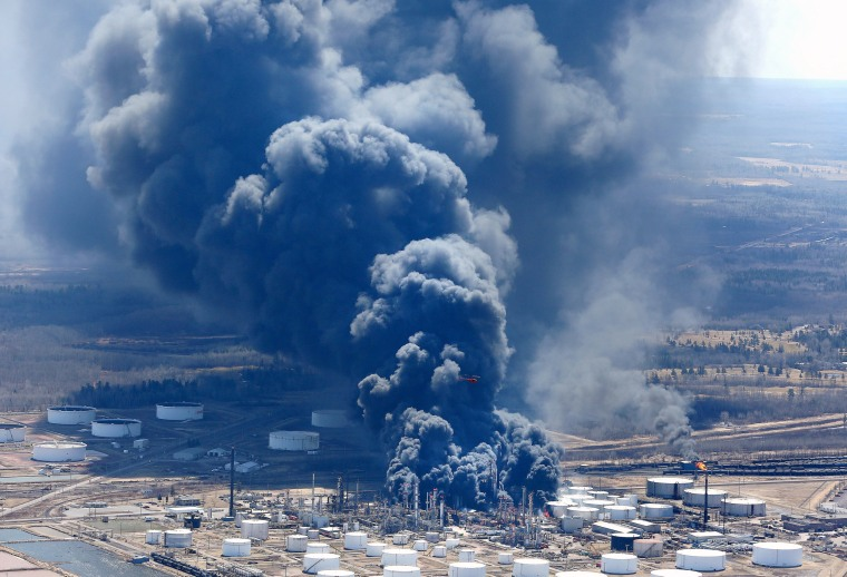 Image: Dark smoke rises from Husky Energy oil refinery following an explosion in Superior Wisconsin
