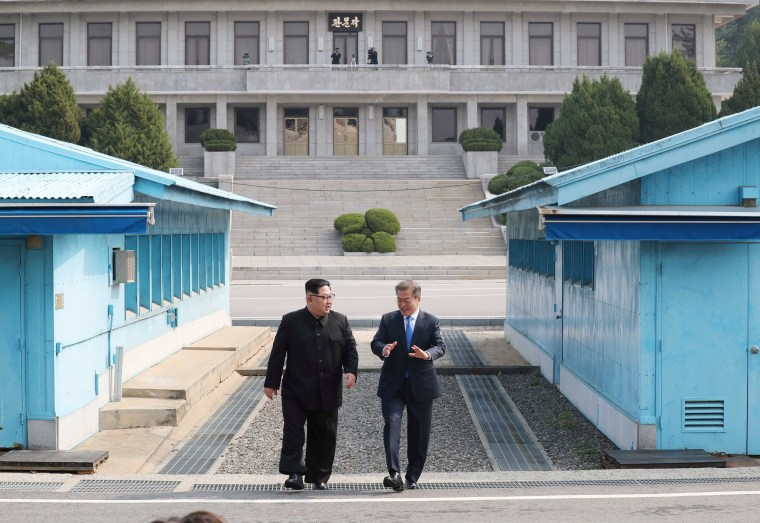 Image: South Korean President Moon Jae-in and North Korean leader Kim Jong Un meet in the truce village of Panmunjom