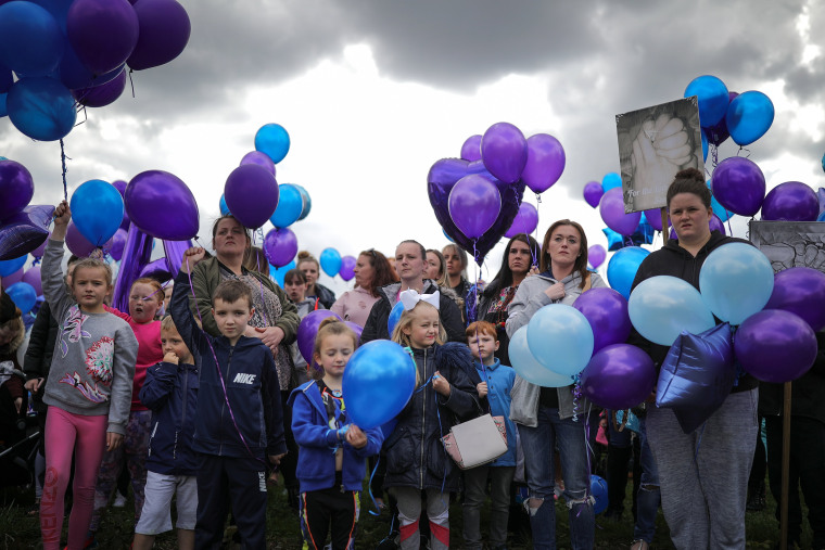 Image: People prepare to release balloons in memory of Alfie Evans outside Alder Hey Hospital after the terminally ill 23-month-old died on April 28, 2018 in Liverpool, England.