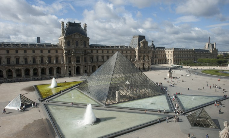 Pyramid in front of a museum, Louvre Pyramid, Musee Du Louvre, 1st Arrondissement of Paris, Paris, Ile-de-France, France