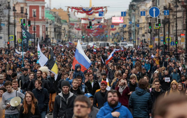 Image: Opposition supporters march in a rally in St. Petersburg