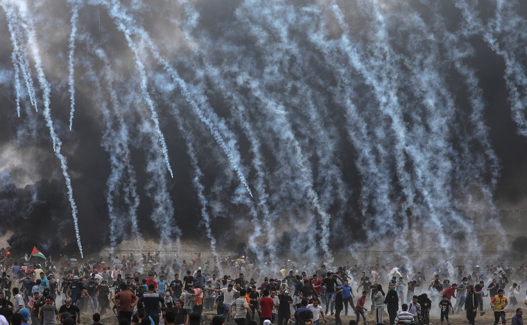 Image: Israeli army soldiers fire tear-gas at Palestinian protesters during clashes in Gaza