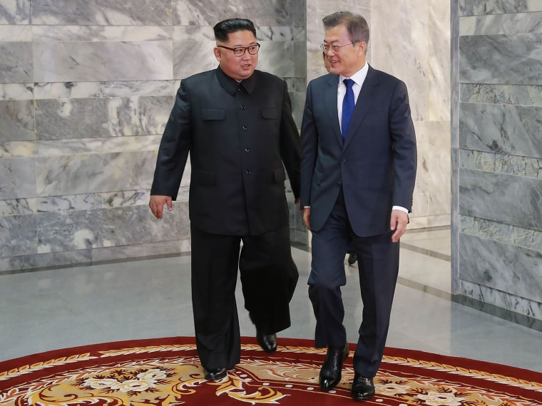 Image: Moon Jae-in and Kim Jong Un on May 26