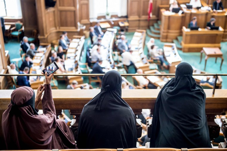 Image: Women wearing niqab