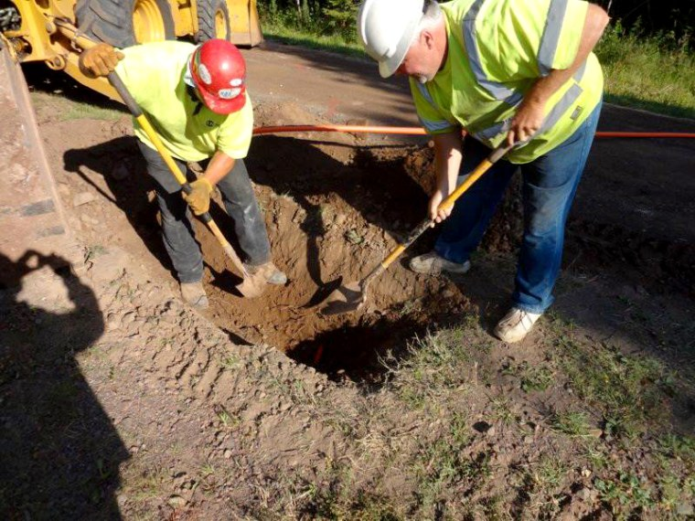 Imaeg: Lake Connections crew laying fiber underground in Blueberry Hill, Minnesota.