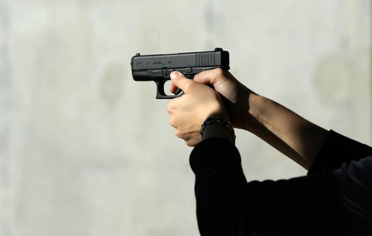 Image: A Glock 27 .40 caliber handgun at the Southwest Regional Park shooting range in Tucson, Arizona. ((C)Kevork Djansezian/Getty Images file