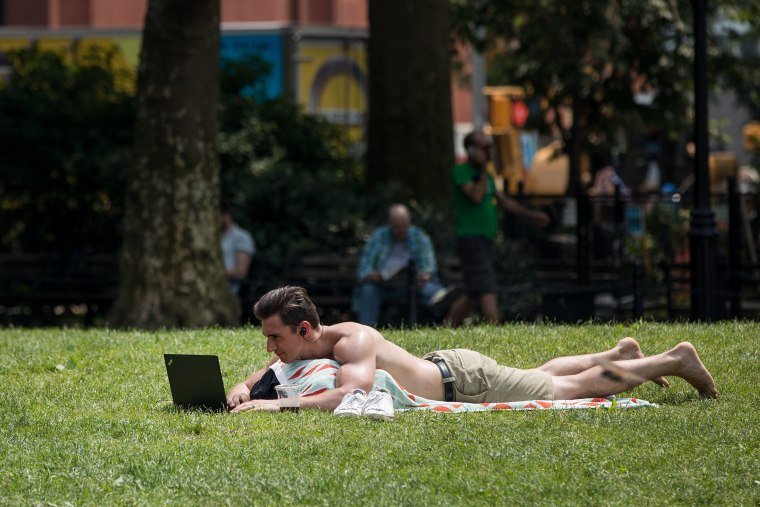 Image: New Yorkers Seek Relief From First Summer Heat Wave