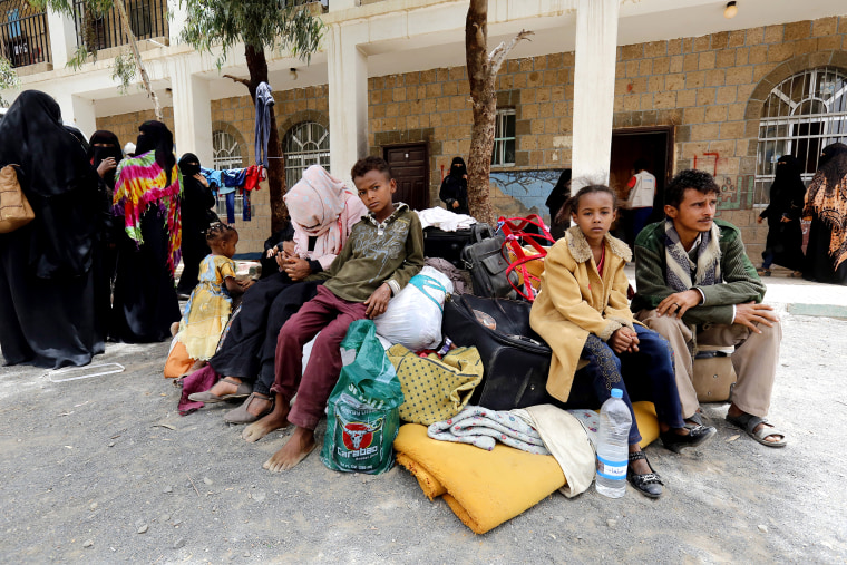 Image: More Yemeni families flee homes due to Hodeidah battle