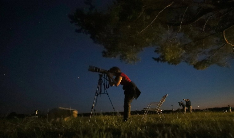 Image: Astronomy enthusiasts wait to see the lunar eclipse of a blood moon in the southern Bavarian village of Raisting