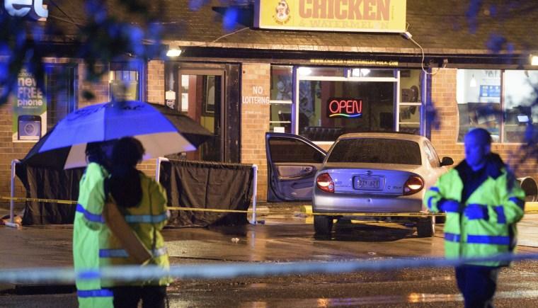 Investigadores trabalham na cena de um tiroteio em Nova Orleans no sábado.
