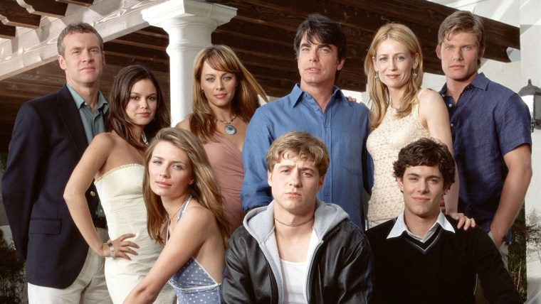 THE O.C., (backrow, l to r): Tate Donovan, Rachel Bilson, Melinda Clarke, Peter Gallagher, Kelly Row