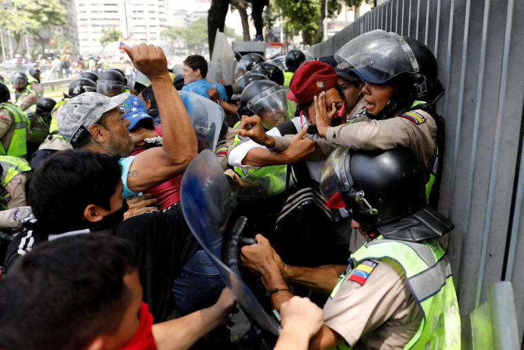 Image: Demonstrators scuffle with security forces in Caracas, April 4, 2017.