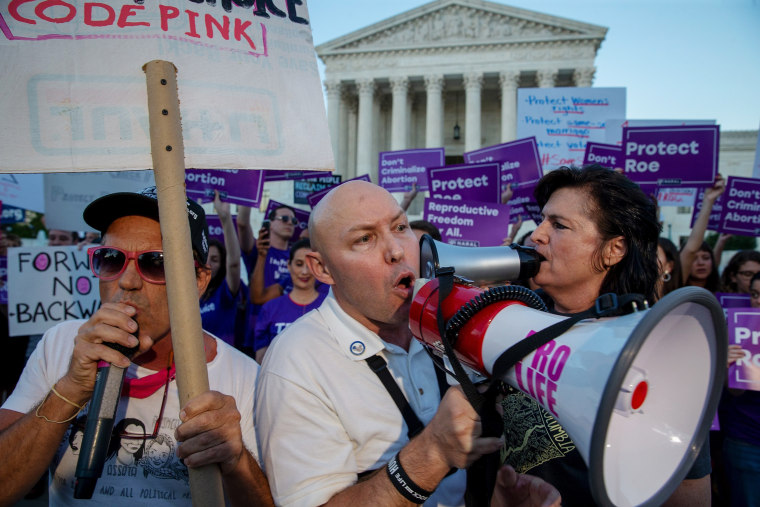 Image: Pro-choice and anti-abortion protesters demonstrate in front of the U.S. Supreme Court