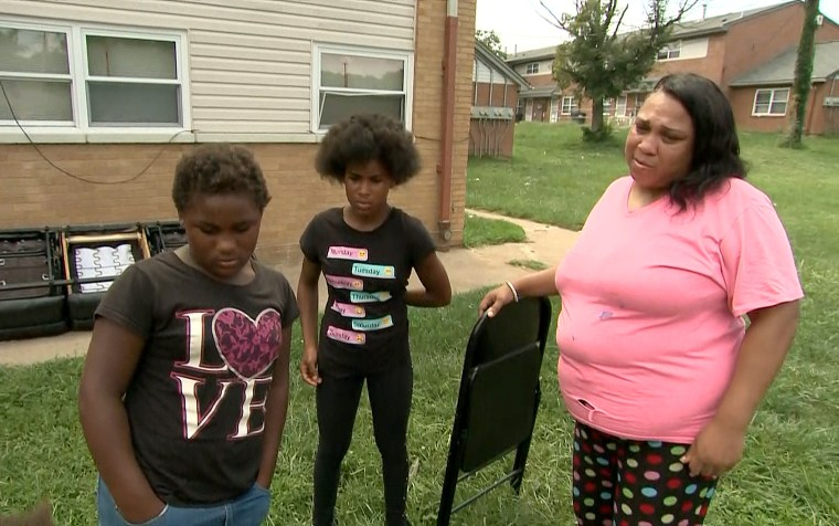 Donesha Gowdy, center, with her mother and sister.