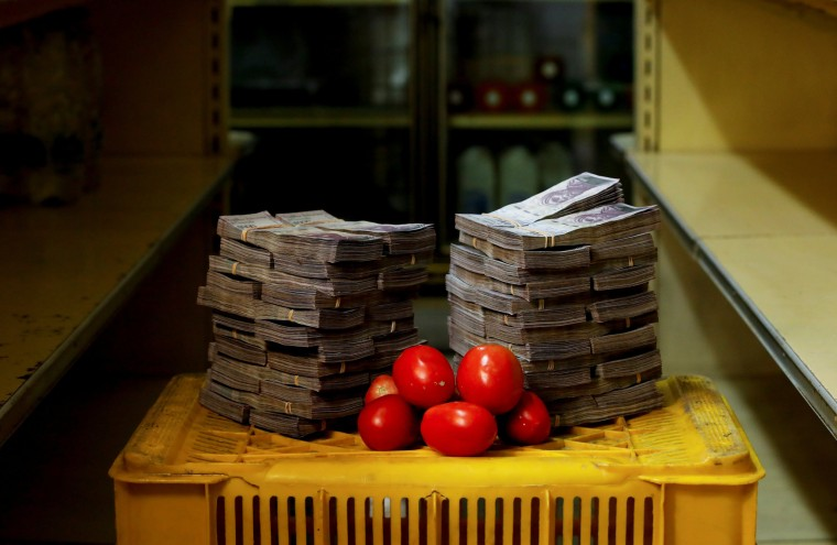 Image: The Wider Image: Venezuelans rush to shops before monetary overhaul