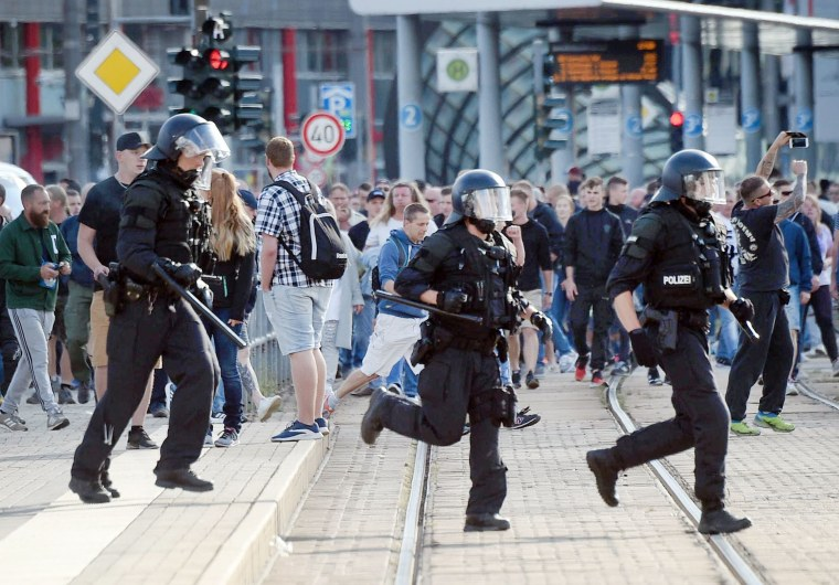 Image: Riot police cross the street in Chemnitz after the death of a 35-year-old German triggered demonstrations and violence