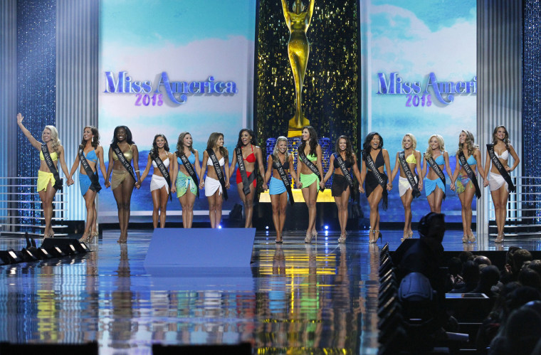 Image: Miss America contestants on stage in 2018